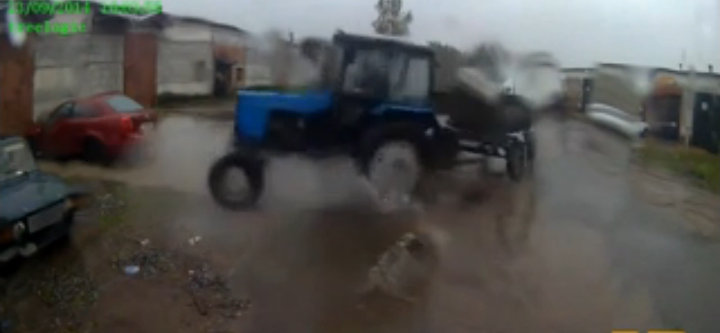 Une caméra embarquée filme un accident de tracteur.