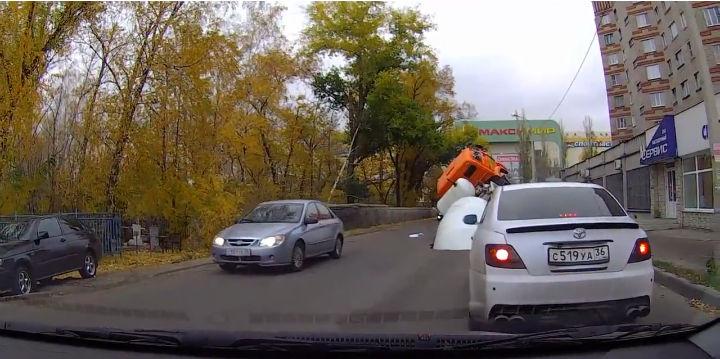 Un trou béant se forme au passage du camoon toupie qui est happé par la route