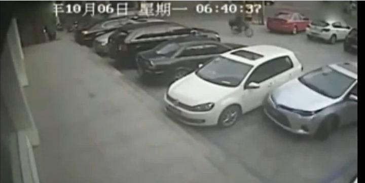 Il passe 10 minutes à tenter de se garer en tapant dans les autres véhicules.
