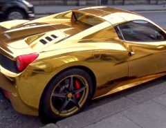 Une Ferrari 458 Spider recouverte d'or par son riche propriétaire.
